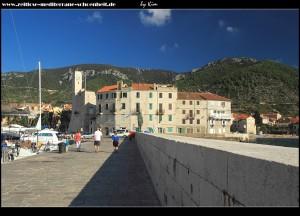 Am Hafen mit Wellenbrecher, tollen Aussichten auf die Stadt und den beiden Skulpturen