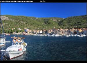 auf der Riva mit Blick auf den städtebaulich interessanten Norden Komižas