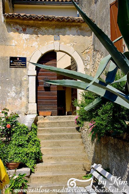 Zugang zu einem Haus links neben dem Stadttor