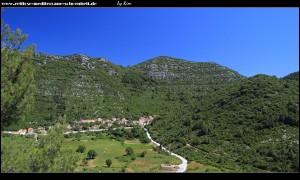 Blick ins Tal nach Osten mit dem Dorf Blato