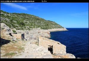 alte Steinhäuser unterhalb der Höhle