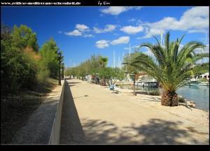 Entlang der Promenda im Osten der Halbinsel Gradina mit Blick auf die Altstadtinsel Kopara