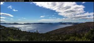 Auf der Straße auf dem Hochplateau mit weitem Blick bis auf die Insel Mljet
