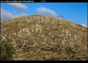 Kirchlein thronend auf dem senkreckt aufsteigenden Gebirgsgipfel über Dubravica