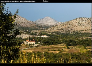 Blick auf die Pfarrkirchen von Lisac umgeben von traumhafter Landschaft