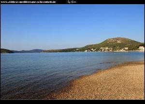 Am Strand mit Blick zum Buchteingang