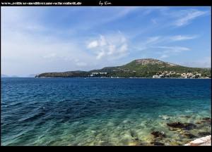 Blick auf den Buchteingang und das Hotel Osmine