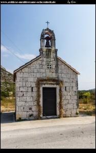 Kapelle am Rand des Feldes von Topolo