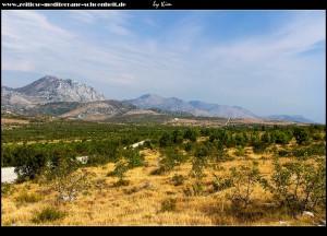 Willkommen im wilden Westen - Straße südöstlich von Visočani mit Blick auf den Berg Tmor