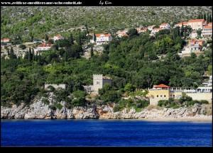 Orašac mit Schloss Arapovo/Soderini vom Meer aus betrachtet