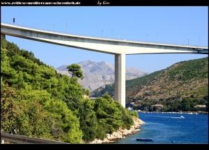 In Lozica mit Blick auf die Brücke