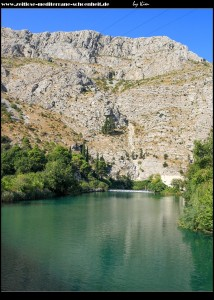 Blick zur Quelle unterhalb des senkrecht aufragenden Golubov Kamen