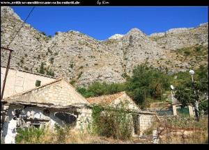 verlassene und zerbombte Gebäude an der Quelle