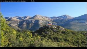 Fratija mit beeindruckendem Ausblick auf das Festland-Gebirge und dem gegenüberliegendem Inselhügel samt Kirchlein Sv. Trojstvo
