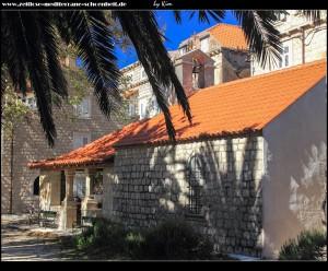 Crkva Sv. Antun u Luci mit dahinterliegenden Wohnhäusern, davor der hübsche Park mit mächtiger Platane und riesigen Palmen