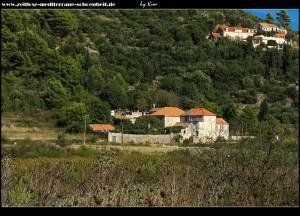 Unterhalb des Sv. Nikola Berges, am Rande des nordöstlichen Polje, steht der Landschlosskomplex Giardini