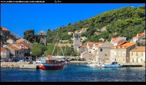 Ankunft im Hafen von Suđurađ auf Šipan mit Blick auf den schönen Ort samt imposanter Festungsanlagen