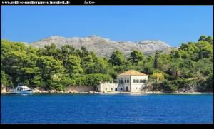 Villa im Hafen von Donje Čelo - im Hintergrund ragt das Küstengebirge in den Himmel