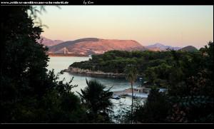 Blick über Gornje Čelo und das in rot eingefärbte Festland