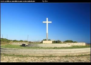 Unterhalb von Podselje steht auf der Straße nach Vis ein großes Kreuz