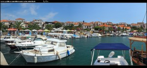 Strand - und Hafenbereich von Okrug gornji