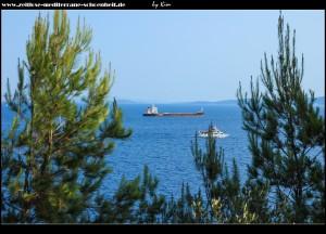 Frachtschiff wartet auf Einlass in den Hafen von Split