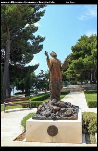Auf dem Kirchenvorhof steht das Denkmal, welches an das Bombardement im zweiten Weltkrieg erinnert