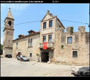 Das Landhaus/Palast mit Zugang ins Innere des Kastells, links daneben der übrig gebliebende Glockenturm der alten Pfarrkirche aus dem 16. Jahrhundert