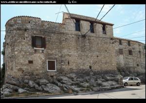 wuchtige Mauern und Festungstürme an der Nordseite des Kastells