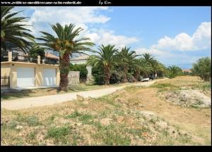 weg in den östlichen Teil Gomilicas mit Strand und Marina