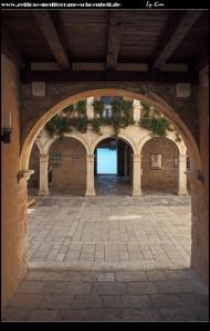 Blick in den arkadenverzierten Innenhof
