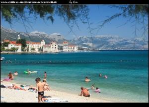 Strand im Ortszentrum von Kaštel Štafilić mit Blick auf die Stadt, den Kozjak, das Mosorgebirge und Split auf der Halbinsel Marjan