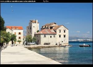 Gleich am Meer gelegen, steht das Kastell Rotondo, mit dem die Geschichte und Entstehung des Ortes begann