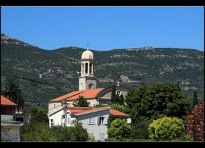 Von der Promenade aus entdeckt man weiter hinten im Ort den Glockenturm der Gospa od Ružarija