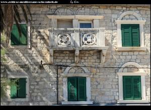 Die Südseite des Koriolan Cipiko-Kastells mit von Wappen verzierten Balkonen