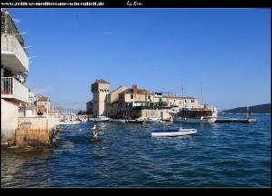 In Westen von Gomilica mit Promenade, Bademöglichkeit, Eselsdenkmal und dem wohl schönesten Blick auf das Kastell von Gomilica