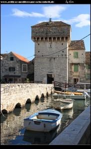 eine Steinbrücke verbindet das Festland mit dem imposanten Festungsturm und somit dem Kastell