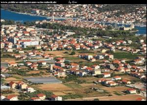 im Feld zwischen Seget und Trogir entdeckt man den Turm der Familie Statilić