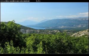 Blick auf den Perućko Jezero und das Dinara-Gebirge