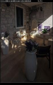 schöne Strände und alte Steinhäuser schmücken den Ort