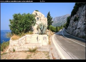Am Ortsausgang mit Bildstock und tollen Ausblicken auf Gradac
