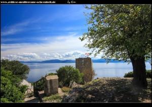 auf dem Weg zum Festungsturm mit kleiner Kapelle am Wegesrand