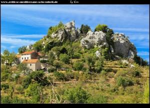 rauf in die Berge zum alten Drvenik - der alte Wehrturm auf dem Berg Glavica, darunter drängen sich die alten Häuser
