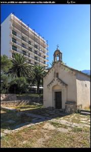 Kirche Sv. Jure und die archäologische Ausgrabungsstätte - dahinter das Hotel Neptun