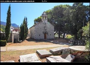 am Friedhof mit Crkva gospina rođenja und schönen mittelalterlichen Grabplatten
