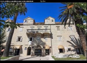 """Der Tonoli-Palast mit Denkmal """"Bonaca"""" und Štandarc"""