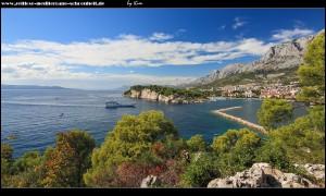 Blick auf Stadt, Hafenbucht, Halbinsel Sv. Petar und den Biokovo