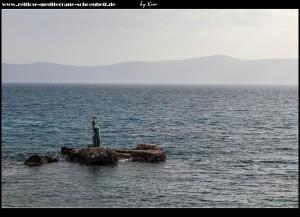 Strand und Statue Uzorita