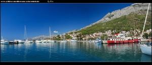 Spaziergang am Hafenbecken mit traumhaften Ausblicken auf Stadt und Gebirge