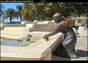 Brunnen mit Wäsche waschender Frauenstatue